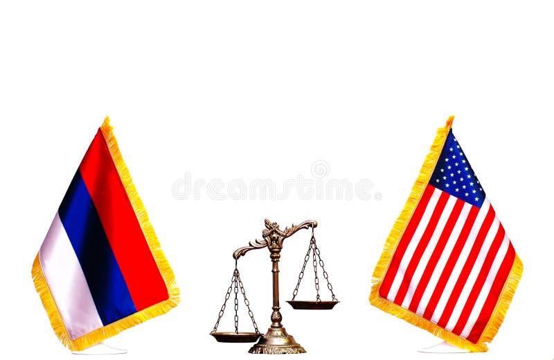 Флаг американца и русского с весами правосудия стоковая фотография rf