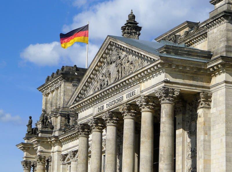 Флаг Германии на Reichstag строя Берлин стоковые изображения rf