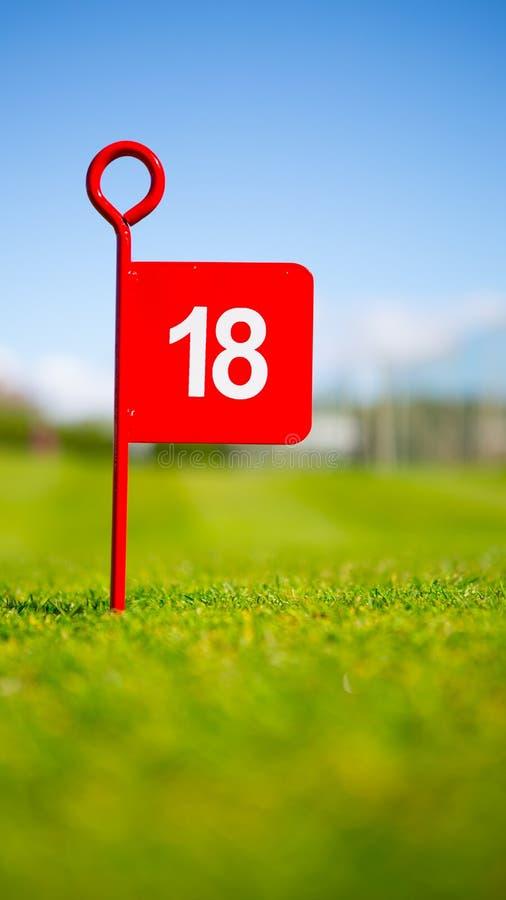 Флаг гольфа отверстия красного цвета 18 стоковое фото rf