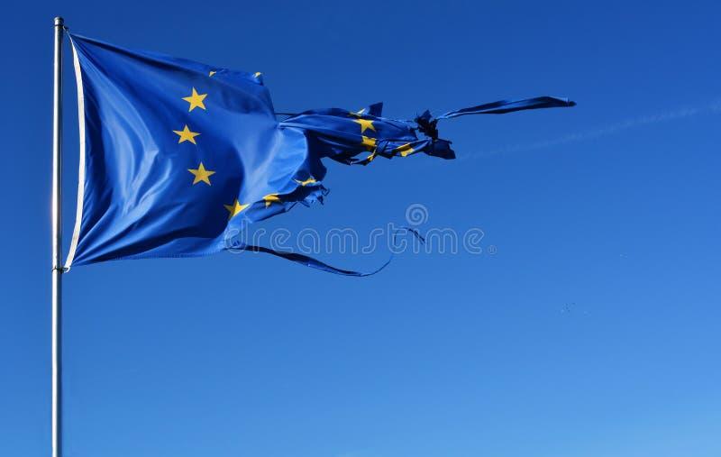 Флаг звезды Европейского союза 12 сорванный и с узлами в ветре на голубом небе стоковое фото