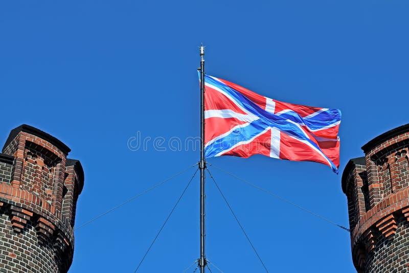 Флаг крепости России над стробом Friedrichsburg Kaliningra стоковая фотография