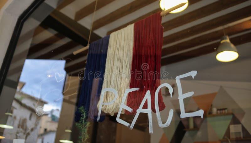 Флаг мира и француза на витрине магазина стоковое фото rf