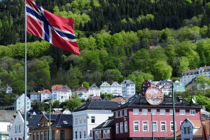 Флаг Норвегии, здания Бергена исторические стоковое фото