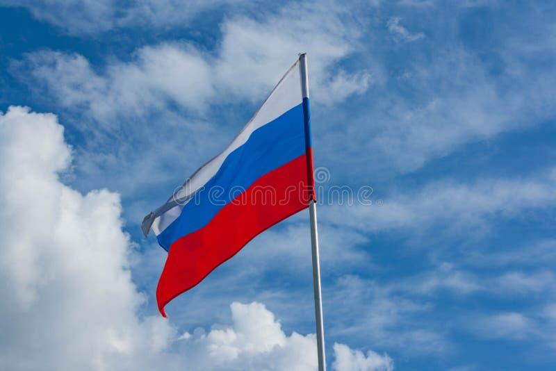 Флаг России против голубого неба стоковые фото