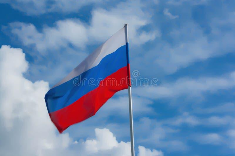 Флаг России против голубого неба стоковое изображение rf