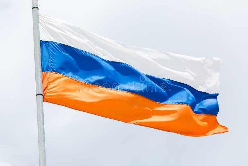Флаг России развевая на ветре стоковые изображения