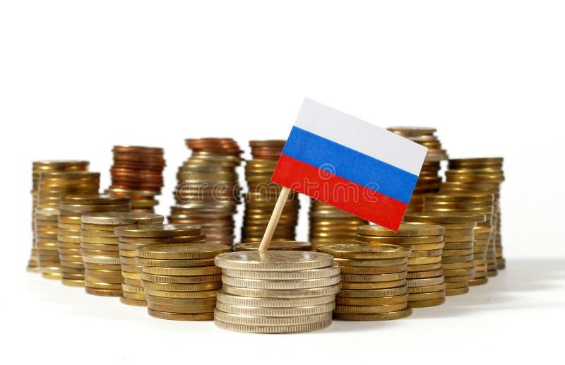 Флаг России с стогом монеток денег стоковое изображение