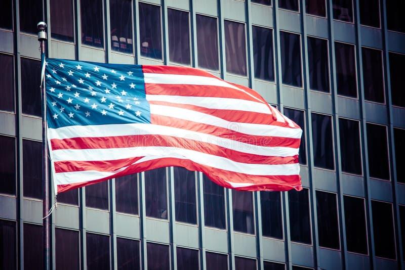 Флаг символа США американский над голубыми современными зданиями города стоковое изображение rf