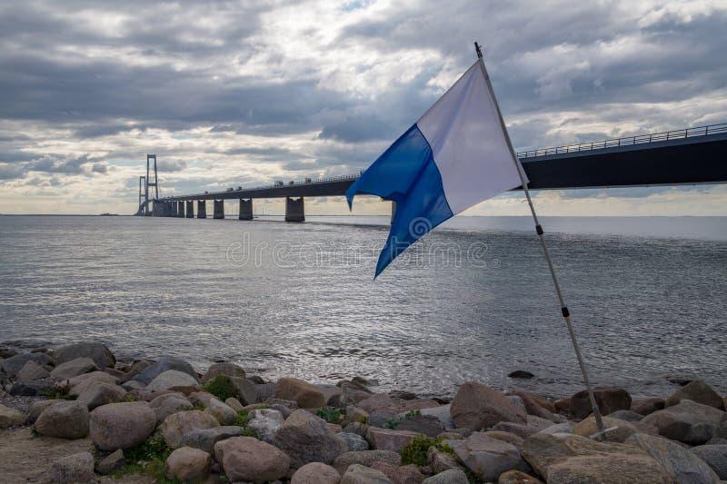 Флаг скубы перед мостом стоковые фотографии rf