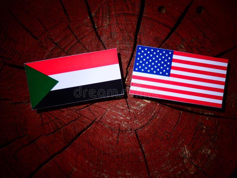 Флаг Судана с флагом США на пне дерева стоковые изображения rf