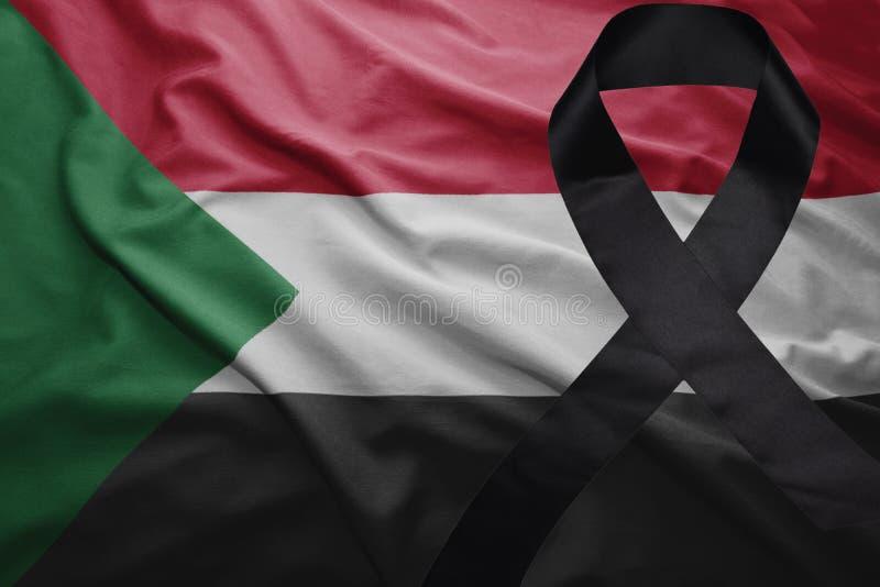 Флаг Судана с черной оплакивая лентой стоковые изображения rf