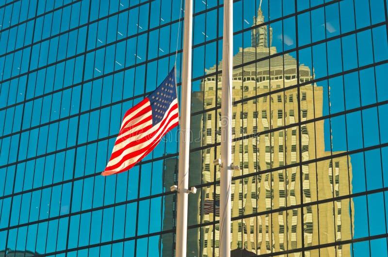 Флаг США вне здания в Бостоне, США стоковые фото