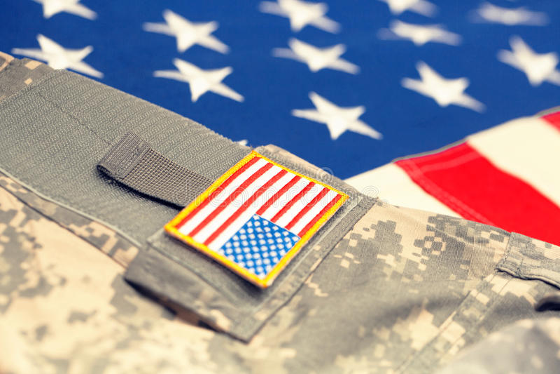 Флаг США с формой армии - близкой поднимающей вверх съемкой студии Фильтрованное изображение: влияние обрабатываемое крестом винт стоковые фото