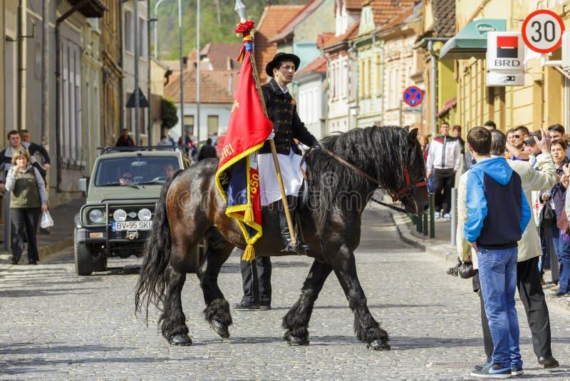Флаг удерживания наездника во время парада Brasov Juni стоковая фотография rf