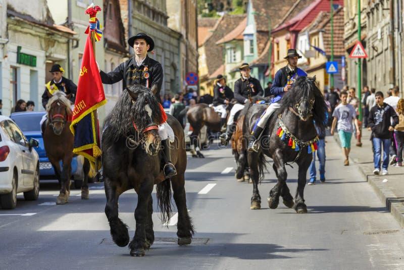 Флаг удерживания наездника во время парада Brasov Juni стоковые фотографии rf