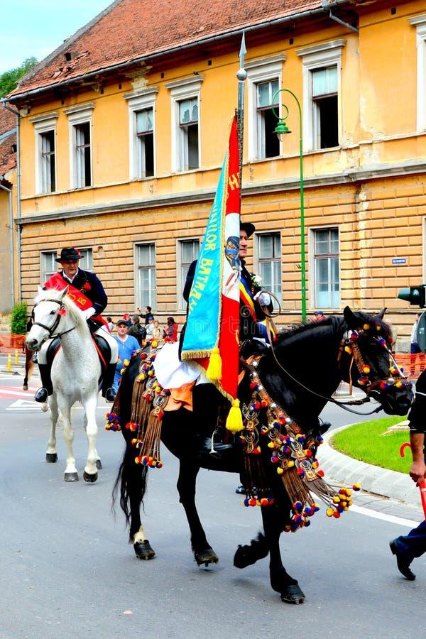 Флаг удерживания наездника во время парада Brasov Juni стоковые фото