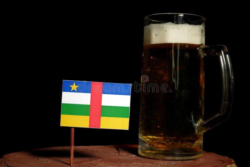 Флаг Центральноафриканской Республики при кружка пива изолированная на черноте стоковое фото rf