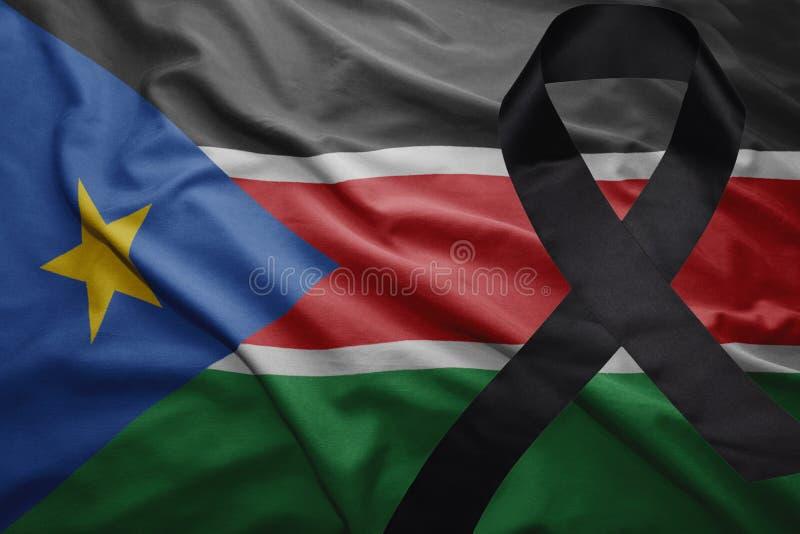 Флаг южного Судана с черной оплакивая лентой стоковые изображения