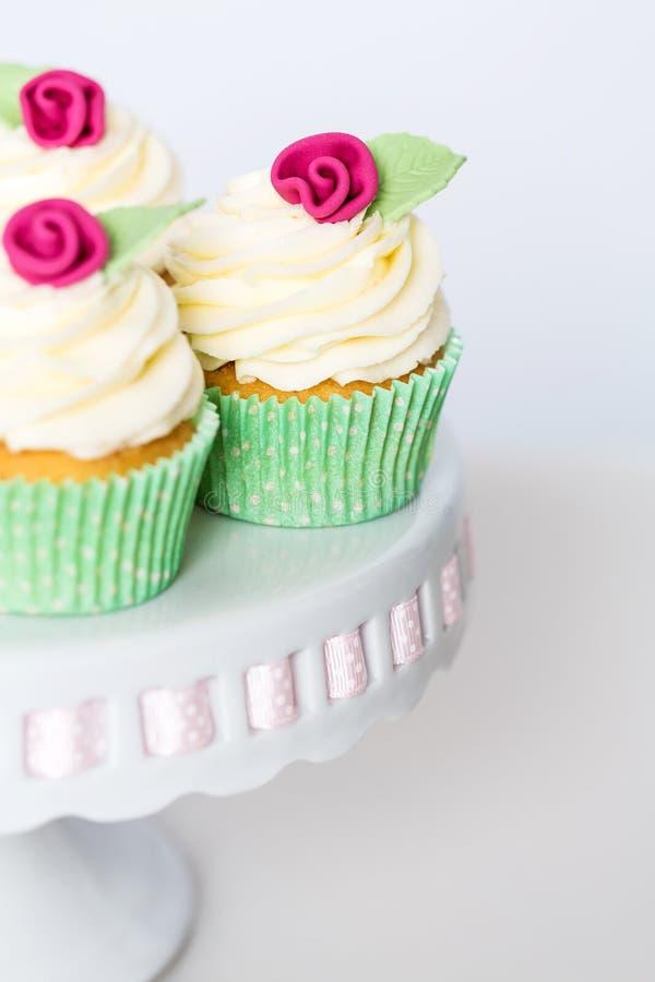 Флористические пирожные на cakestand стоковые фотографии rf
