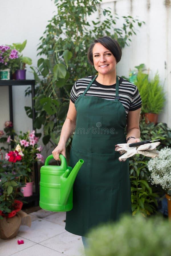 Флорист держа садовнические инструменты стоковое фото