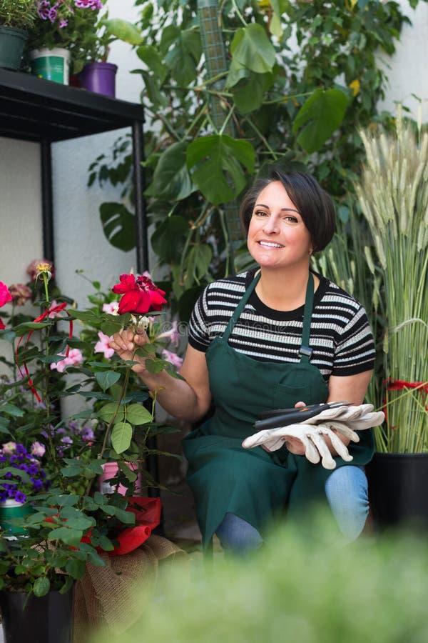 Флорист работая в флористическом магазине стоковые фото
