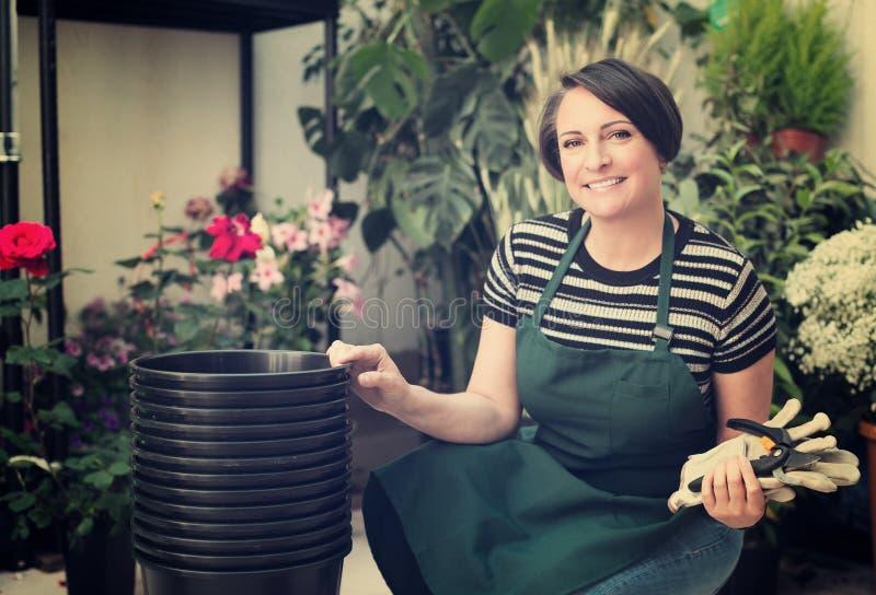 Флорист работая в флористическом магазине стоковые изображения