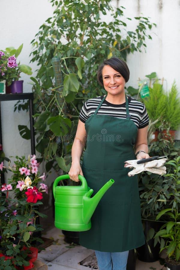 Флорист с инструментами в садовничая магазине стоковые фото