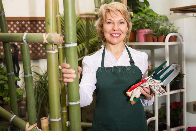 Флорист с инструментами в флористическом магазине стоковая фотография rf