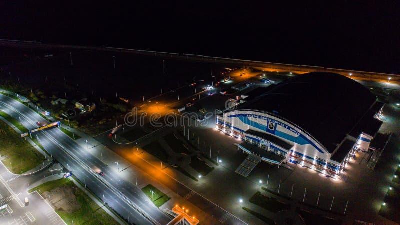 Хабаровск, Россия - 10-ое октября 2017: Взгляд ночи Хабаровска арены Erofey района города стоковое фото rf