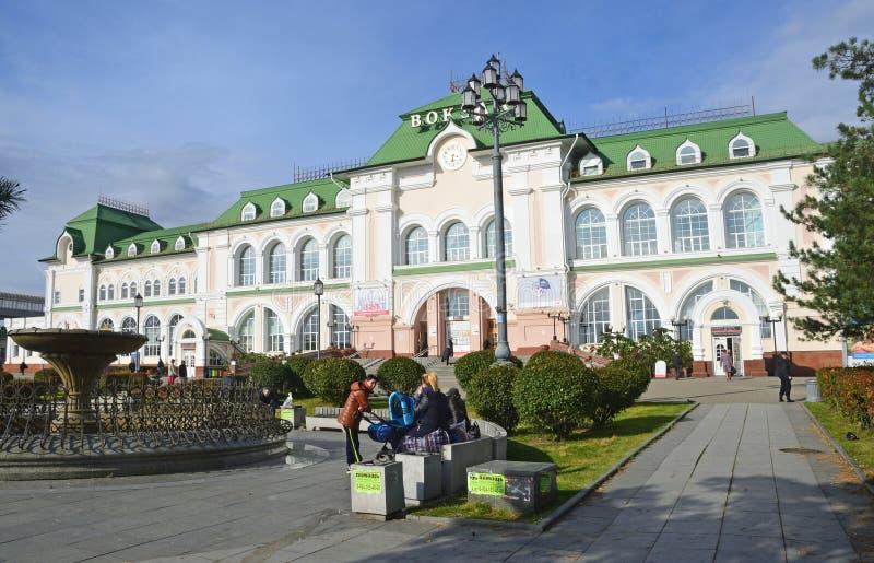 Хабаровск, Россия, 5-ое октября 2017 Люди идя около здания железнодорожного вокзала в Хабаровске стоковые фото