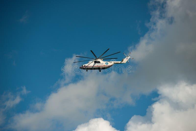 Хабаровск, Россия - 3-ье сентября 2017: Тяжелые войска Mi-26 транспортируют вертолет в полете в полет в цвета  стоковые изображения rf