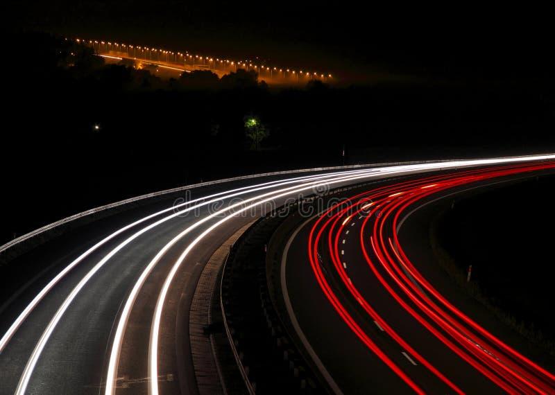 хайвей автомобиля освещает тропки стоковые фото