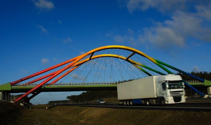хайвей двигая над viaduct тележки радуги стоковое изображение rf