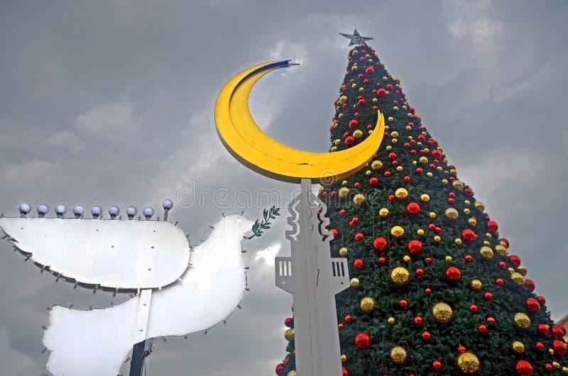 ХАЙФА, ИЗРАИЛЬ - 30-ОЕ ДЕКАБРЯ 2017: Улица украшений праздника на праздники, menorah рождественской елки и Хануки в форме a стоковое изображение rf