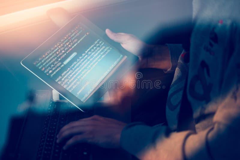 Хакер используя компьютер, smartphone и кодировать для того чтобы украсть пароль a стоковые фото