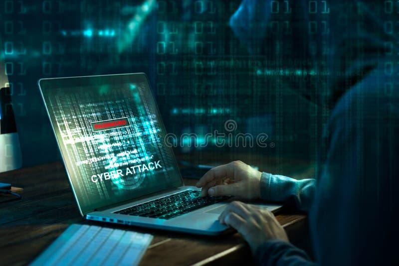 хакер компьютера предпосылки близкий вверх по белизне Злодеяние интернета работая на коде на компьтер-книжке стоковое фото