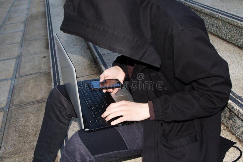 Хакер крадя преступление в компьютерной сфере пароля и идентичности стоковые фотографии rf