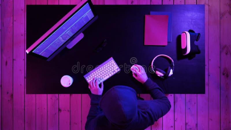 Хакер ломая систему стоковое изображение rf