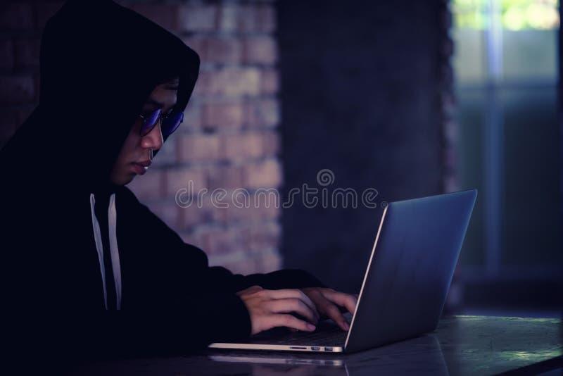Хакер работая на его компьютере, хакер крадя пароль и dat стоковое фото rf