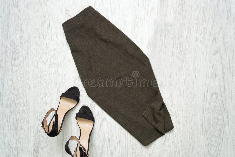Хаки юбка и ботинки модная концепция стоковые изображения rf