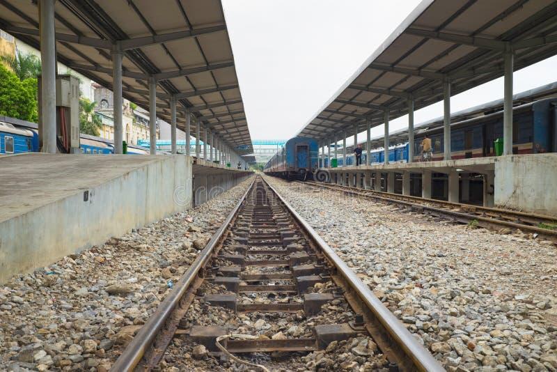 Ханой, Вьетнам - 30-ое августа 2015: Станция Ханоя с рельсами Железные дороги Вьетнама оператор принадлежащий штату железнодорожн стоковые изображения