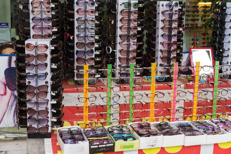Ханой, Вьетнам - 28-ое апреля 2015: Солнечные очки для продажи в магазине в улице Cau Giay стоковое изображение