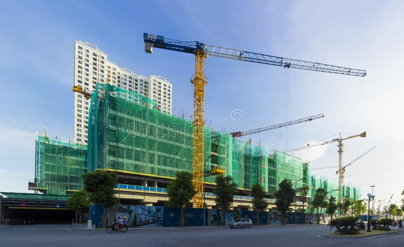 Ханой, Вьетнам - 22-ое июля 2015: Под городом зданий конструкции временами, улица Minh Khai стоковое изображение