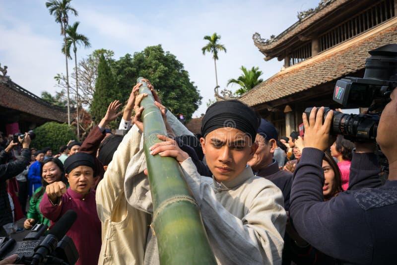 Ханой, Вьетнам - 22-ое июня 2017: Ритуалы дерева Neu повышения в общинном доме на так деревне, районе Quoc Oai Бамбуковый помещен стоковое изображение