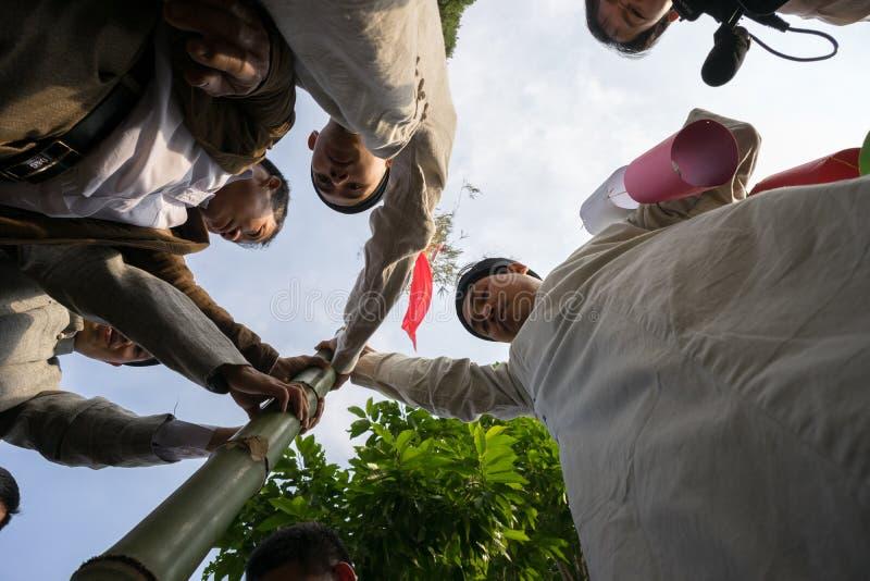 Ханой, Вьетнам - 22-ое июня 2017: Ритуалы дерева Neu повышения в общинном доме на так деревне, районе Quoc Oai Бамбуковый помещен стоковая фотография rf