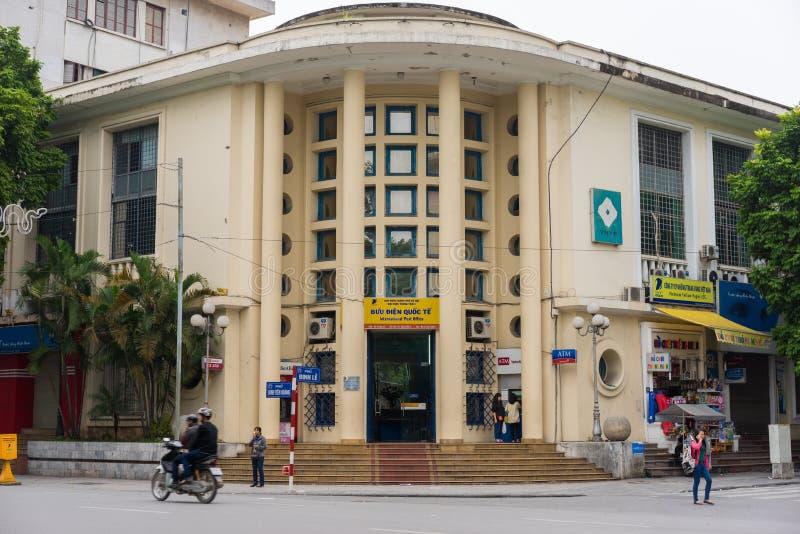 Ханой, Вьетнам - 16-ое ноября 2014: Вид спереди главного почтового отделения в Ханое: Почтовое отделение Ханоя международное на D стоковое изображение rf