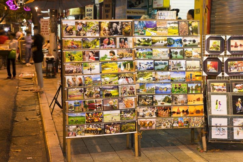 Ханой, Вьетнам - 2-ое ноября 2014: Печати и карта фото на шкафах малого передвижного магазина для продавать к туристу на улице в  стоковые фото