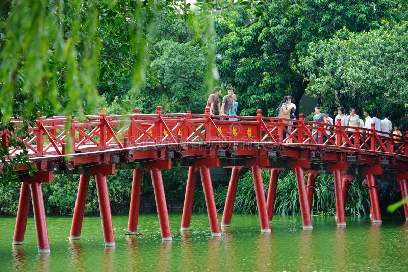 Ханой, Вьетнам - 14-ое октября 2010: Мост красного цвета Ханоя Деревянным мост покрашенный красным цветом над озером Hoan Kiem со стоковое изображение