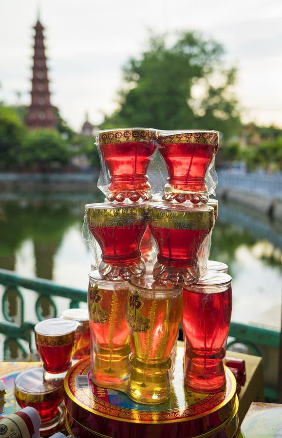 Ханой, Вьетнам - 3-ье июля 2015: Азиатская свеча буддизма для продажи на виске Tran Quoc Башня на предпосылке стоковые изображения rf