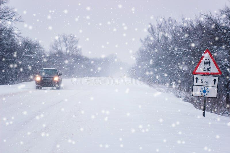 хаос движения в условиях вьюги Дорога снега зимы стоковые фотографии rf